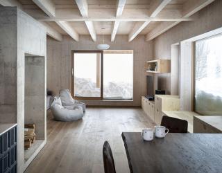 Hlavní obytná místnost – dřevěná nosná konstrukce tvoří převážnou část vnitřních povrchů