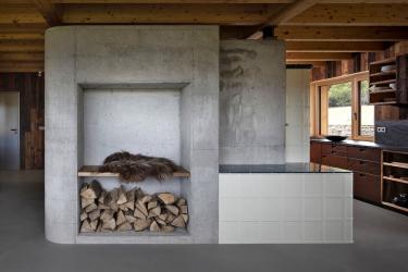 Betonová jádra, do nichž autoři stavby zakomponovali pec, jsou součástí hlavní nosné konstrukce jako centrální ztužující prvek. Zároveň vytváří středový pilíř podpírající krov.