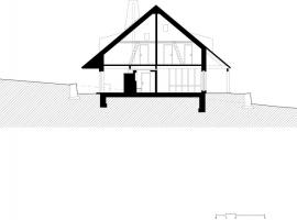 Řez: dům je kombinací tří různých systémů. Monolitický stěnový železobeton v suterénu, v přízemí převážně CLT panely vyztužené betonovými jádry, krov je z masivní trámové konstrukce zavětrované CLT panely