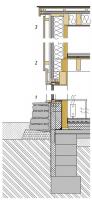Svislý řez štítovou fasádou: 1) Detail soklu a parapetu okna – pata domu je ochráněna samonosnou masivní kamennou zídkou z místního lámaného kamene, vnější parapet okna je namísto obvyklého oplechování vytvořen kónicky seříznutou masivní fošnou. 2) Detail nadpraží okna a návaznost stropu nad 1. NP – rám pevně zaskleného centrálního okna je zapuštěn do líce povrchů, pohled ven tak rámují vlastní špalety otvoru, vnější vrstva fasády z modřínových prken v úrovni stropu uskakuje a přirozeně vytváří štěrbinu pro provětrávání štítové fasády, vnitřní povrchy tvoří vlastní CLT panel opatřený bílou lazurou. 3) Detail návaznosti fasády na střechu – přesah vnější části skladby střechy je krytý prknem, hrana břidlicové krytiny byla řešena bez použití plechové závětrné lišty pouhým přesahem krajní řady šablon