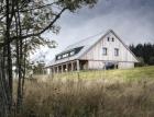 Dřevěný dům ukotvený v krajině