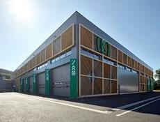 Výrobní hala má dřevěnou konstrukci i fasádu