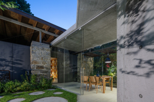 Ze staré stodoly v Kojetíně vznikl inspirativní rodinný dům moderní betonovou přístavbou