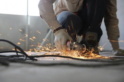 Při práci s betonem se neobejdete bez vhodného vybavení. Základem je bruska na beton, a to buď bruska sanační, která slouží k povrchové úpravě betonu, nebo bruska úhlová