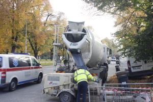 Vyplnění prostoru mezi potrubím, vtažení potrubí o menším průměru (říjen 2019 Třída Tomáše Baťi -Zlín)
