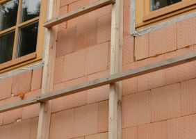 Alternativa přichycení nosného roštu bez držáků a jeho stav před instalací dřevěného obkladu