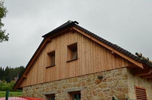 Příklad dřevěného obkladu cihelného štítu