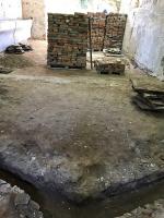 Veškeré práce na podlaze se dělaly ručně. Podlaha byla nejdříve velmi šetrně rozebrána, dosypána a pak kladena zpět dle dochované skladby.
