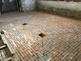 Podlahu tvoří cihelná dlažba, cihly jsou kladeny na užší rozměr s minimálními spárami. Byl využit maximální počet dochovaných původních cihel pravděpodobně z období výstavby. Cihly jsou kladeny do vápenopískového lože a vyspárovány suchou maltovou směsí. Chybějící cihlová dlažba byla nahrazena cihlami stejné kvality a barvy tak, aby podlahy co nejvíce odpovídaly původní podlaze.