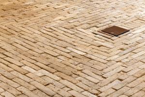 Nově položená podlaha je replikou původní s použitím maximálního množství historických prvků.