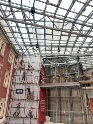 Montáž šachty OTK v atriu probíhala za provozu v oddělené části centra