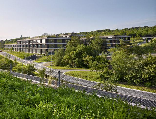 Centrála ČSOB v Radlicích - pavilony komponované do zeleného svahu