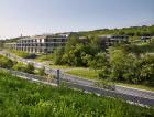 1_Architekti budovu navrhli tak, aby respektovala prostředí radlického údolí – kopíruje reliéf svahu, díky střešní zeleni splyne sokolím.