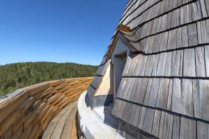 Dominantou celé stavby je prstencový ochoz, který je propojován dřevěnými čepy
