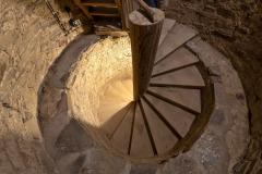 Spodní schodiště je dřevěné točité se středním vřetenem