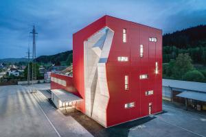 Červená robustní věž poutá pozornost, v ní je však cosi, co lze nazvat největší betonovou plastikou u nás