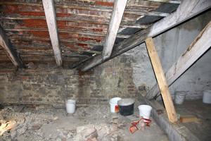 Obr. 1: Ilustrační fotografie klasického řešení šikmých střech naší minulosti. I s řešením zatékání
