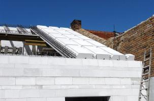 Obr. 4: Montovaný konstrukční systém pro střechy skládající se ze železobetonových nosníků a vložek z pórobetonu