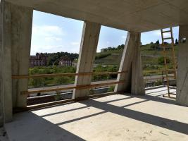 Železobetonová konstrukce nových střech evokuje historickou mansardovou střechu