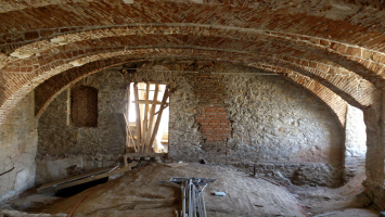 Původní cihlové klenby byly obnaženy, očistěny a vyspraveny