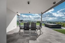 Rodinný dům ve svahu s relaxačními výhledy