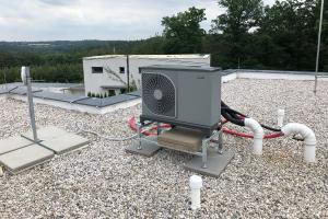 Venkovní jednotka tepelného čerpadla NIBE F2040-6 na střeše rodinného domu na Benešovsku