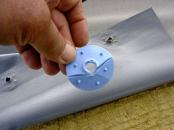 Obr. 4: Detail mechanického kotvení s nedostatečnou pevností v plastové části kompenzátoru