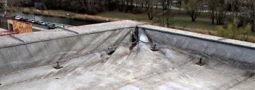 Obr. 9: Utržená izolace od patního úhelníku v koutu