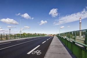 Na mostě je třívrstvá vozovka s obrusnou vrstvou z nízkohlučného asfaltu