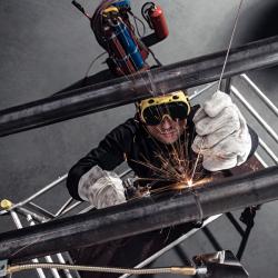 Silnostěnné ocelové potrubí se běžně používá pro rozvody plynu, topných a chladících soustav. Řezání závitových spojů a spojování svařováním je však časově i fyzicky náročné a přináší řadu zdravotních a bezpečnostních rizik (foto: Viega)