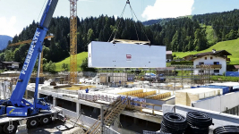 První modul se již skládá na staveništi (foto Thomas Ausserhofer)