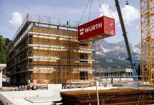 Třípodlažní hotelové domy sestávají vždy z dvanácti modulů (foto Klaus Bauer Photomotion)