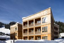 Modřínové fasády hotelových domů navozují přírodní atmosféru (foto Klaus Bauer Photomotion)