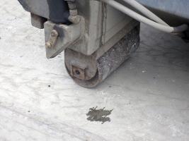 Obr. 2: Ochrana betonového povrchu ocelovým plechem při použití malých ocelových koleček