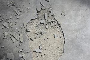 Obr. 9: Oddělení krycí vrstvy podlahy