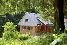 Základní představou byla nenásilná obnova původního stavení: dodrželo se umístění domu, jeho velikost a proporce, vnitřní uspořádání i materiálové řešení