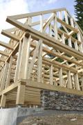 Dřevěná konstrukce stavby stojí na základech z pohledového betonu