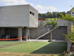 Investor zakoupil mírně se svažující parcelu uprostřed nově vznikající individuální výstavby na okraji Nového Jičína se záměrem postavit rodinný dům s velkou garáží a dílnou