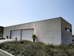 Garáž – dílna je realizována jako montovaná ocelová konstrukce se zatepleným plechovým pláštěm
