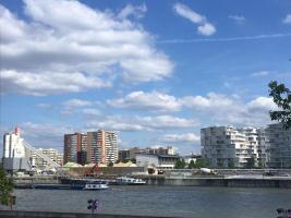 Pařížská betonárna zásobovaná lodní dopravou je v centru města, obklopená městskou zástavbou
