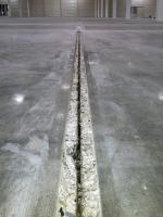 Obr. 8: Vybourané drážky podél dilatačních spár, kde docházelo k olamování hran a nežádoucím dynamickým účinkům při pojezdu