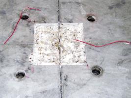 Obr. 12: Vyplnění vybourané oblasti křížení smršťovacích spár epoxidovou plastmaltou a jejich opětovné proříznutí. Na fotografických záběrech jsou patrné otvory použité pro podlití nadzvižených oblastí podlahových desek tak, aby nedocházelo k jejich pružení.