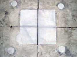 Obr. 13: Vyplnění vybourané oblasti křížení smršťovacích spár epoxidovou plastmaltou a jejich opětovné proříznutí. Na fotografických záběrech jsou patrné otvory použité pro podlití nadzvižených oblastí podlahových desek tak, aby nedocházelo k jejich pružení.
