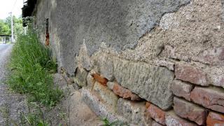 Ne každý kámen či plná cihla na soklu odolaly extrémním nárokům