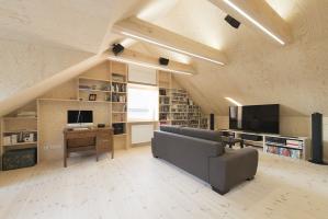 Interiéry podkroví sjednocuje dýha z borovice, která byla použita nejen na stěnách, ale i na podlaze