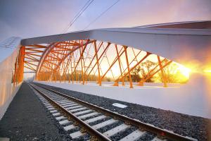 Žlutá křížící se táhla evokují sluneční paprsky odrážející se od hladiny Dyje. I proto nese most jméno Oskar, synonymum slunce