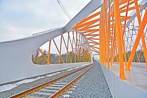 Jedinečnost nosné konstrukce spočívá v šikmosti mostu se svařovanými táhly oblouku a v použití pákového systému řízené dilatace mostu pro snížení napětí v bezstykové koleji