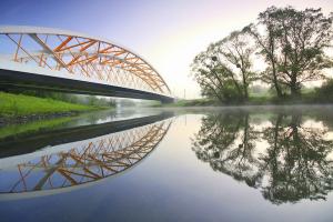Šikmé uložení a vzájemné posunutí oblouků dodaly mostu dynamiku a znásobily efekt paprsků při pohledech od řeky