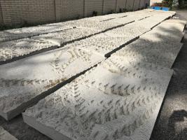 Jednotlivé panely z bílého betonu pro výdech z tunelu Blanka