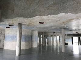 Palác DRN, modré a bílé betony